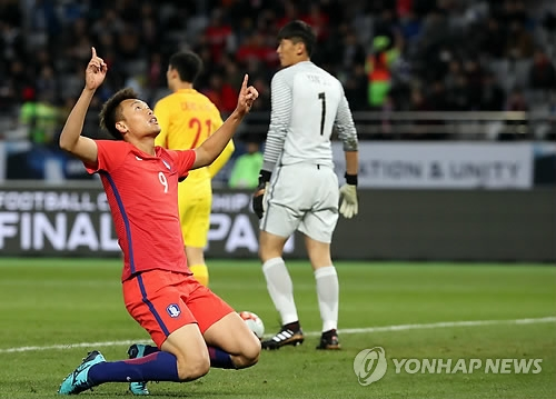 South Korean forward Kim Shin-wook celebrates his first-half goal against China during the teams' 2-2 draw at the East Asian Football Federation E-1 Football Championship at Ajinomoto Stadium in Tokyo on Dec. 9, 2017. (Yonhap)