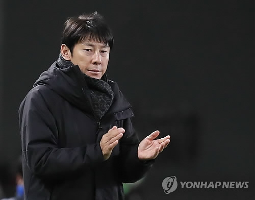 South Korea men's national football team head coach Shin Tae-yong encourages his players during the match between South Korea and North Korea at the EAFF E-1 Football Championship at Ajinomoto Stadium in Tokyo on Dec. 12, 2017. (Yonhap)
