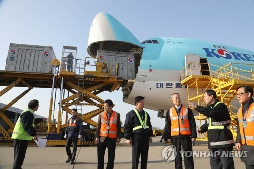 Paik Un-gyu (3rd from R), minister of trade, industry and energy, visits Incheon International Airport's cargo terminal on Jan. 1, 2017. (Yonhap)