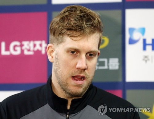 South Korea hockey goalie Matt Dalton speaks to reporters after losing to Kazakhstan 3-1 in an Olympic tune-up game at Seonhak International Ice Rink in Incheon on Feb. 3, 2018. (Yonhap)