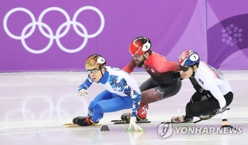 South Korea's male short track speed skater Seo Yi-ra (R), performs at the men's 1,500m race at Gangneung Ice Arena, located in Gangneung, 230 kilometers east of Seoul. (Yonhap)