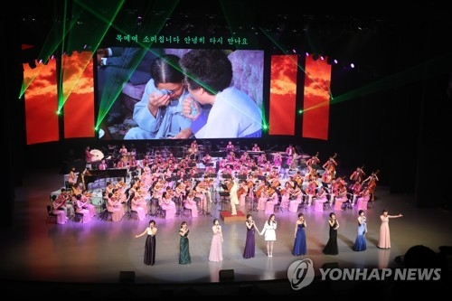(LEAD) N. Korean art troupe performs in Seoul to celebrate Olympics - 3
