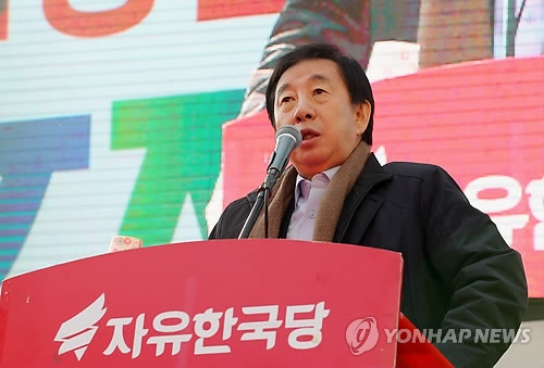Kim Sung-tae, floor leader of the main opposition Liberty Korea Party, speaks during a rally in central Seoul on Feb. 26, 2018, to protest a visit to Seoul by a controversial North Korean official. (Yonhap)