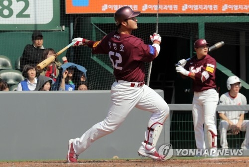In this file photo from March 13, 2018, Park Byung-ho of the Nexen Heroes watches his solo home run against the Hanwha Eagles during their Korea Baseball Organization preseason game at Hanwha Life Eagles Park in Daejeon, 160 kilometers south of Seoul. (Yonhap)