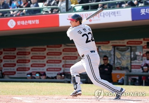 In this file photo taken on March 13, 2018, Kim Hyun-soo of the LG Twins gets a base hit against the Lotte Giants in their Korea Baseball Organization preseason game at Sajik Stadium in Busan, 450 kilometers southeast of Seoul. (Yonhap)