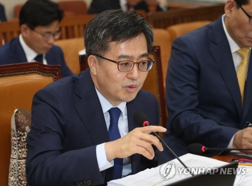 Finance Minister Kim Dong-yeon answers lawmakers' questions in parliament on May 16, 2018. (Yonhap)