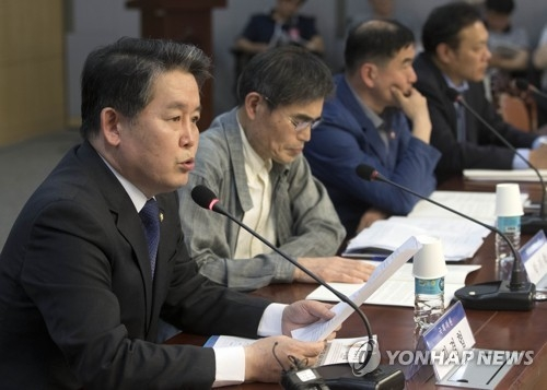 Rep. Kim Kyung-hyup (L) of the ruling Democratic Party speaks during a forum on South Korea's spending for the upkeep of 28,500 American troops in the South at the National Assembly in Seoul on May 24, 2018. (Yonhap)