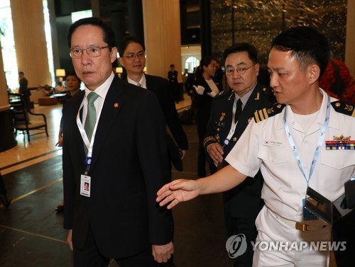 South Korean Defense Minister Song Young-moo (L) arrives at the Shangri-La Hotel in Singapore on June 1, 2018, to attend a regional security forum. (Yonhap)