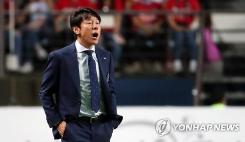 South Korean men's football head coach Shin Tae-yong directs his players during a friendly match against Bosnia and Herzegovina at Jeonju World Cup Stadium in Jeonju, 240 kilometers south of Seoul, on June 1, 2018. (Yonhap)