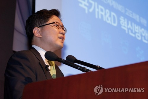 This photo provided by the Ministry of Science and ICT shows Ryu Kwang-jun, a senior official, speaking at a forum in central Seoul on June 5, 2018. (Yonhap)