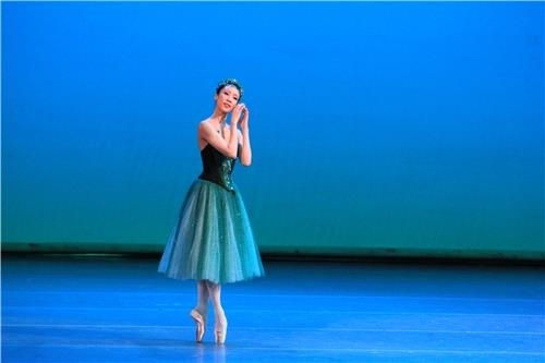 "Park Sae-eun performed in ""Emeralds"" of the three-act ballet piece ""Jewels"" in a gala show on June 5, 2018 (local time) after winning the Benois de la Danse in the best female dancer category in Moscow. (Yonhap)"