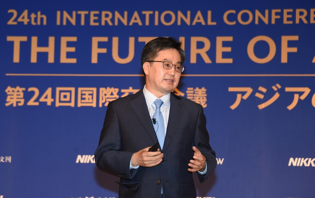 South Korean Finance Minister Kim Dong-yeon delivers a keynote speech at the 24th International Conference on the Future of Asia in Tokyo on June 11, 2018. (Yonhap)