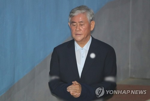 The photo filed on June 29, 2018, shows former Finance Minister Choi Kyung-hwan charged with bribery entering the courtroom in southern Seoul to attend his sentencing trial . (Yonhap)