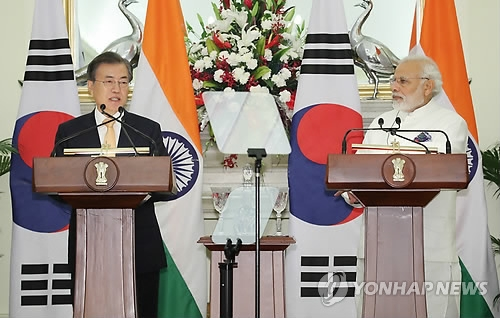 South Korean President Moon Jae-in (L) speaks during a joint press conference with Indian Prime Minister Narendra Modi that followed their bilateral summit in New Delhi on July 10, 2018. (Yonhap)