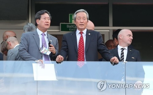 In this file photo taken June 18, 2018, former FIFA vice president Chung Mong-joon (C) watches a 2018 FIFA World Cup match between Sweden and South Korea at Nizhny Novgorod Stadium in Nizhny Novgorod, Russia. (Yonhap)
