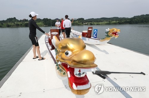 South Korean dragon boat paddlers prepare for their practice at Chungju Tangeum Lake International Rowing Center in Chungju, about 150 kilometers south of Seoul, on July 23, 2018. They will be on the same team with North Korean athletes at the Aug. 18-Sept. 2 Asian Games in Indonesia. (Yonhap)
