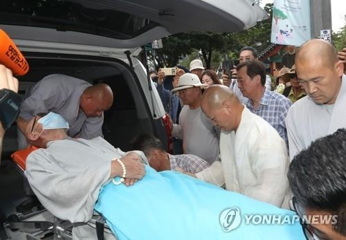 Rev. Seoljo is taken to a local hospital due to deteriorating health on July 30, 2018. (Yonhap)