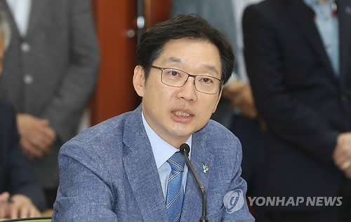 This photo shows South Gyeongsang Province Gov. Kim Kyoung-soo speaking at a governors' meeting in the southeastern city of Ulsan on June 26, 2018. (Yonhap)