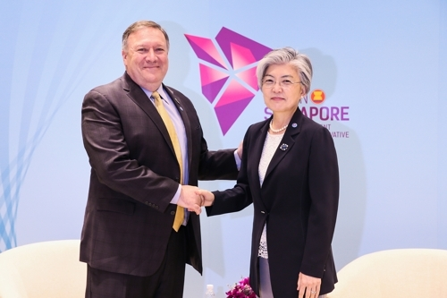 South Korean Foreign Minister Kang Kyung-wha (R) and U.S. Secretary of State Mike Pompeo meet in Singapore on Aug. 4, 2018, in this photo provided by Kang's ministry. (Yonhap)