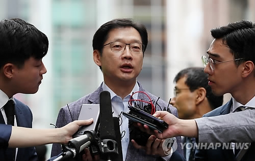 South Gyeongsang Gov. Kim Kyoung-soo answers questions from reporters as he appears for a special counsel's interrogation over a massive opinion rigging scandal in Gangnam, southern Seoul, on Aug. 6, 2018. (Yonhap)