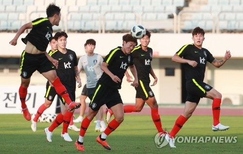 South Korea's under-23 national football team players train at at Paju Stadium in Paju, north of Seoul, on Aug. 6, 2018. (Yonhap)