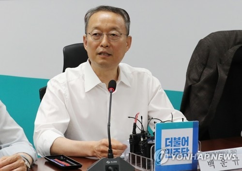 Paik Un-gyu, minister of trade, industry and energy, announces measures to cut the electricity cost burden on households after a meeting with ruling Democratic Party lawmakers at the National Assembly on Aug. 7, 2018. (Yonhap)