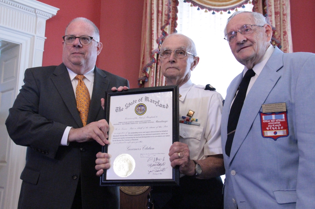 Maryland Gov. Larry Hogan (L) presents a citation to Korean War veterans during a ceremony at his official residence in Annapolis, Maryland, on Aug. 9, 2018. (Yonhap)