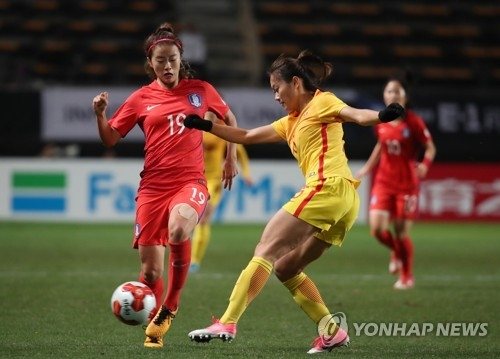This file photo taken Dec. 15, 2017, shows South Korea's Choe Yu-ri (L) vying for the ball against a Chinese player during a EAFF E-1 Championship football match at Soga Sports Park in Chiba, Japan. (Yonhap)
