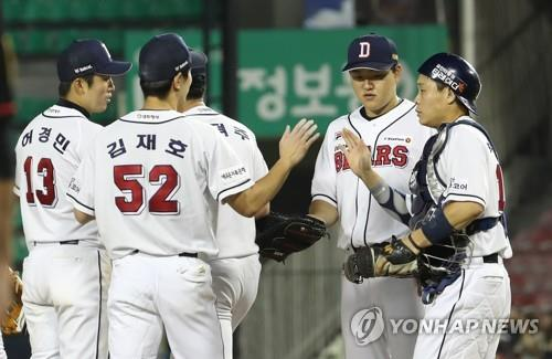 Doosan Bears players celebrate their 10-3 victory over the KT Wiz in a Korea Baseball Organization regular season game at Jamsil Stadium in Seoul on Sept. 13, 2018. Clockwise from left: shortstop Kim Jae-ho (52), third baseman Heo Kyoung-min, pitcher Ham Deok-ju, first baseman Oh Jae-il and catcher Park Sei-hyok. (Yonhap)