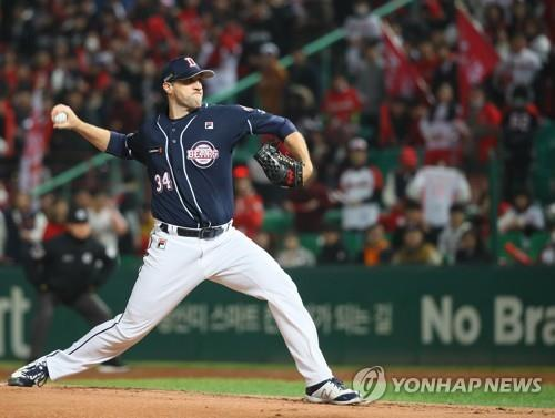 Josh Lindblom of the Doosan Bears throws a pitch against the SK Wyverns in Game 4 of the Korean Series at SK Happy Dream Park in Incheon, 40 kilometers west of Seoul, on Nov. 9, 2018. (Yonhap)