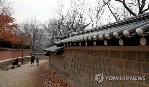 This undated file photo shows visitors strolling along a pathway encircling the stone wall of Deoksu Palace, a royal residence of the 1392-1910 Joseon Dynasty. (Yonhap)