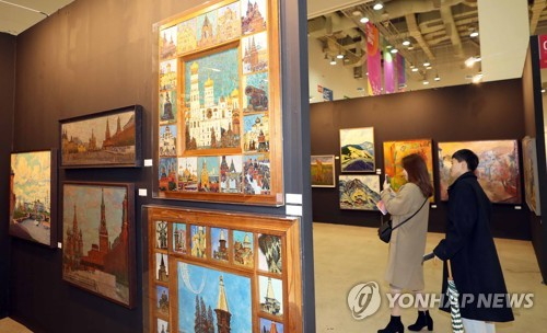 Visitors look at artworks by artists who worked in the days of the Soviet Union during the annual Busan International Art Fair in the southeastern port city of Busan on Dec. 6, 2018. (Yonhap)