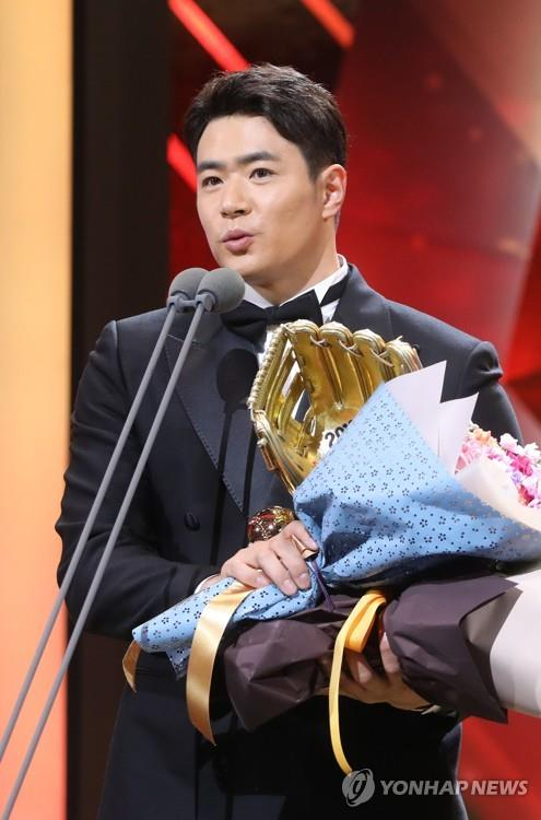 Kim Jae-hwan of the Doosan Bears gives an acceptance speech after winning his second Golden Glove in the Korea Baseball Organization at an awards ceremony in Seoul on Dec. 10, 2018. (Yonhap)
