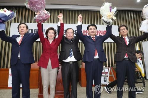 Rep. Na Kyung-won (2nd from L) celebrates her victory for the floor leadership position of the main opposition Liberty Korea Party (LKP) on Dec. 11, 2018. (Yonhap)