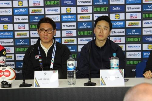 Cho Young-shin (L), head coach of the unified Korean men's handball team, speaks during a post-match press conference at Mercedes-Benz Arena in Berlin following Korea's 30-19 defeat to Germany at the International Handball Federation (IHF) World Men's Handball Championship on Jan. 10, 2019. (Yonhap)