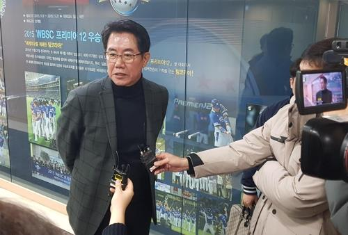Kim Si-jin, technical director for the South Korean national baseball team, speaks to reporters after a meeting at the Korea Baseball Organization headquarters in Seoul on Jan. 23, 2019. (Yonhap)