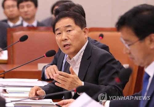 Rep. Hwang Ju-hong of the minor opposition Party for Democracy and Peace speaks during a parliamentary meeting on May 16, 2018. (Yonhap)