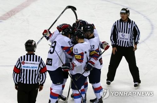 South Korean players celebrate their first goal against Japan, scored by defenseman Eric Regan, during the teams' final match at the Legacy Cup men's hockey tournament at Gangneung Hockey Centre in Gangneung, 230 kilometers east of Seoul, on Feb. 8, 2019. (Yonhap)