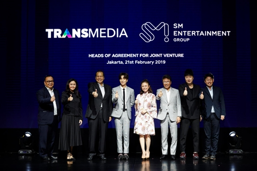 This photo provided by SM Entertainment shows SM founder Lee Soo-man; Chairul Tanjung, the chairman of CT Corp; and entertainers posing for photos on Feb. 21, 2019, in Jakarta, Indonesia, after signing an agreement to set up a joint venture. (Yonhap)