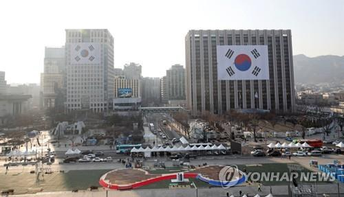 This file photo taken Feb. 25, 2019, shows South Korea's national flags installed on the government buildings at Gwanghwamun Square ahead of the centennial ceremony of the March 1 Independence Movement. (Yonhap)