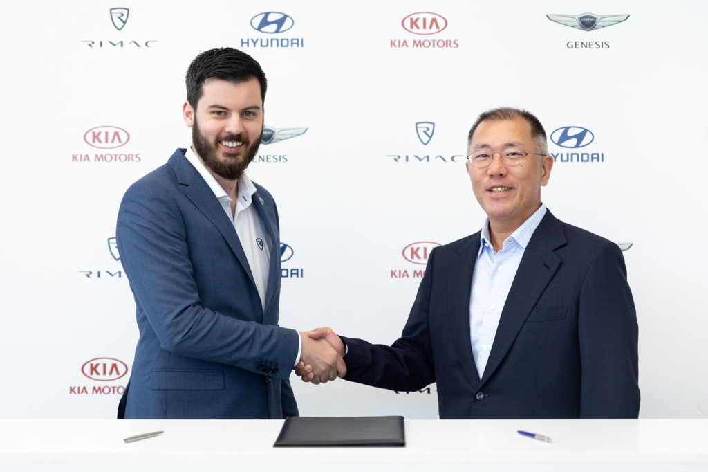 In this photo taken on May 13, 2019, and provided by Hyundai Motor Group, the Korean auto group's Executive Vice Chairman Chung Euisun (R) shakes hands with Rimac CEO Mate Rimac after signing a strategic pact at the Croatian high-performance electric carmaker's headquarters in Zagreb. (Yonhap)