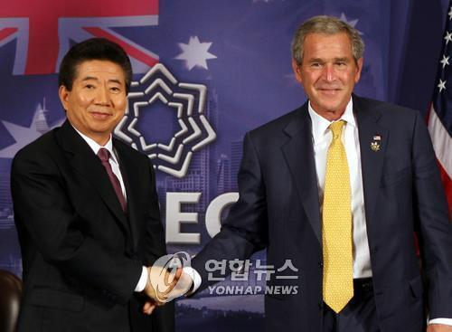 This file photo, taken on Sept. 7, 2007, shows then-South Korean President Roh Moo-hyun (L) and then-U.S. President George W. Bush. (Yonhap)