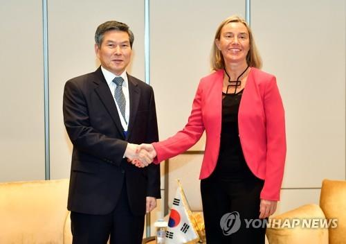 South Korean Defense Minister Jeong Kyeong-doo (L) shakes hands with Federica Mogherini, who serves as high representative of the European Union for foreign affairs and security policy, in Singapore on June 1, 2019. (Yonhap)