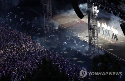 BTS dazzles 25,000 fans in Busan   Yonhap News Agency