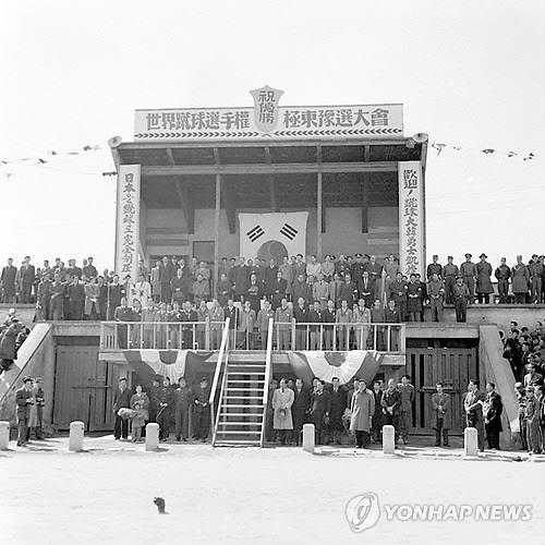 This file photo provided by the National Archives of Korea on June 12, 2014, shows the welcoming ceremony for the South Korean men's national football team in March 1954, following their victory over Japan in the Asian qualifying campaign for the 1954 FIFA World Cup. (PHOTO NOT FOR SALE) (Yonhap)