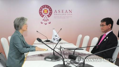 This file photo, taken Aug. 1, 2019, shows Foreign Minister Kang Kyung-wha (L) and her Japanese counterpart, Taro Kono, holding talks on the sidelines of a regional forum in Bangkok. (Yonhap)