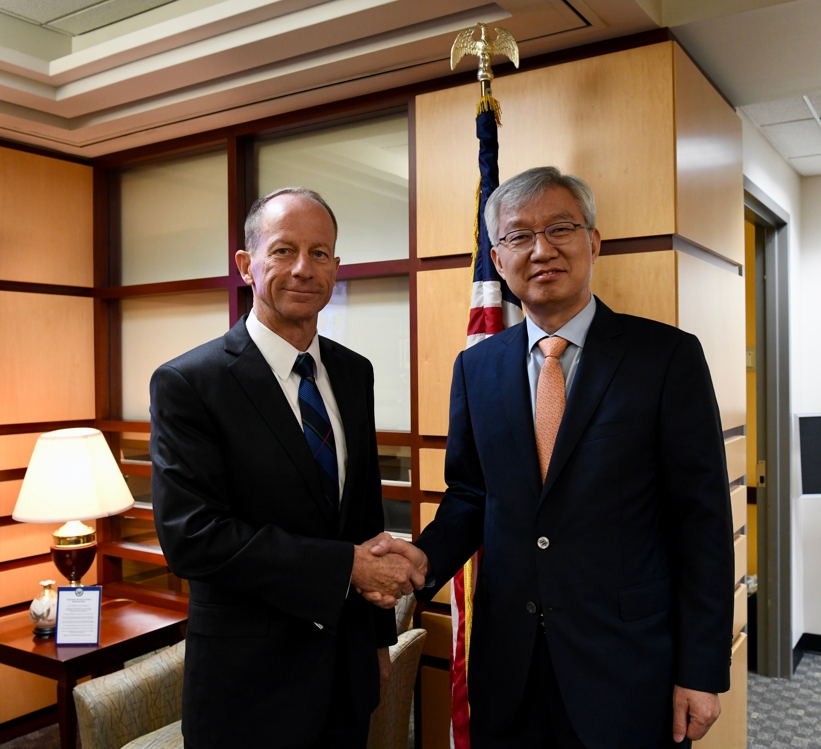 This photo, posted on the Twitter account of the U.S. State Department's Bureau of East Asian and Pacific Affairs, shows South Korean Vice Foreign Minister Lee Tae-ho (R) meeting with U.S. Assistant Secretary of State for East Asian and Pacific Affairs David Stilwell in Washington on Aug. 21, 2019. (Yonhap)