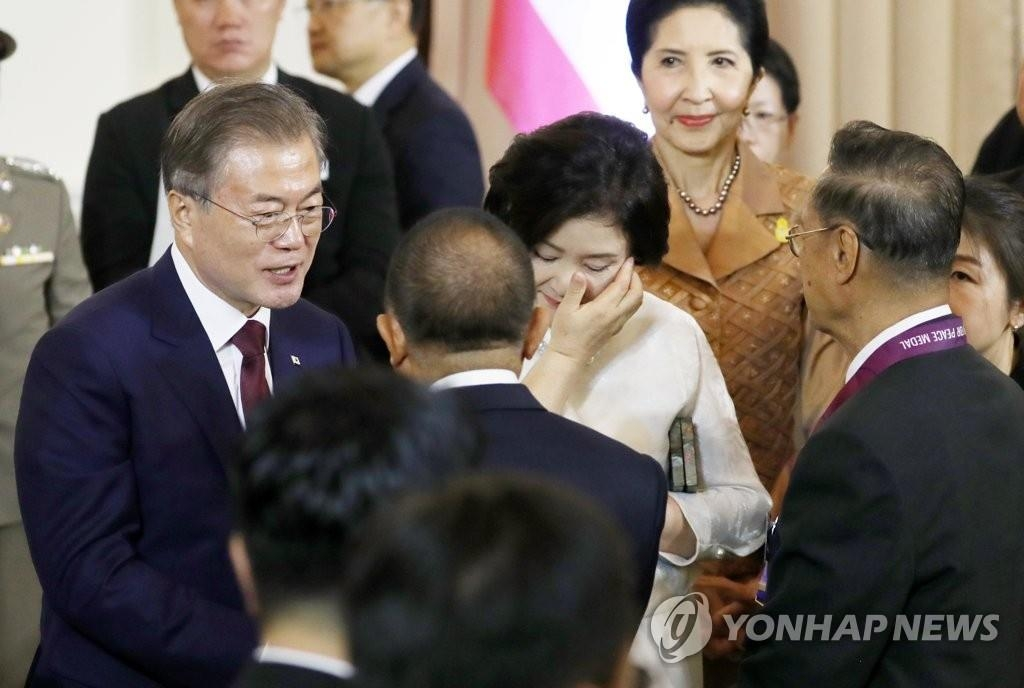 South Korean President Moon Jae-in (L) and first lady Kim Jung-sook (C) meet with a group of Thai Korean War veterans in Bangkok on Sept. 2, 2019. (Yonhap)