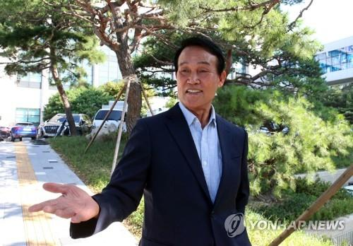 Former police detective Ha Seung-kyun speaks to reporters at the Gyeonggi Nambu Provincial Police Agency in Suwon, south of Seoul, on Sept. 19, 2019. (Yonhap)