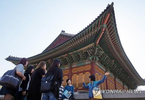 This undated file photo provided by Seoul City Hall shows a guided walking tour at Deoksu Palace in central Seoul. (PHOTO NOT FOR SALE) (Yonhap)